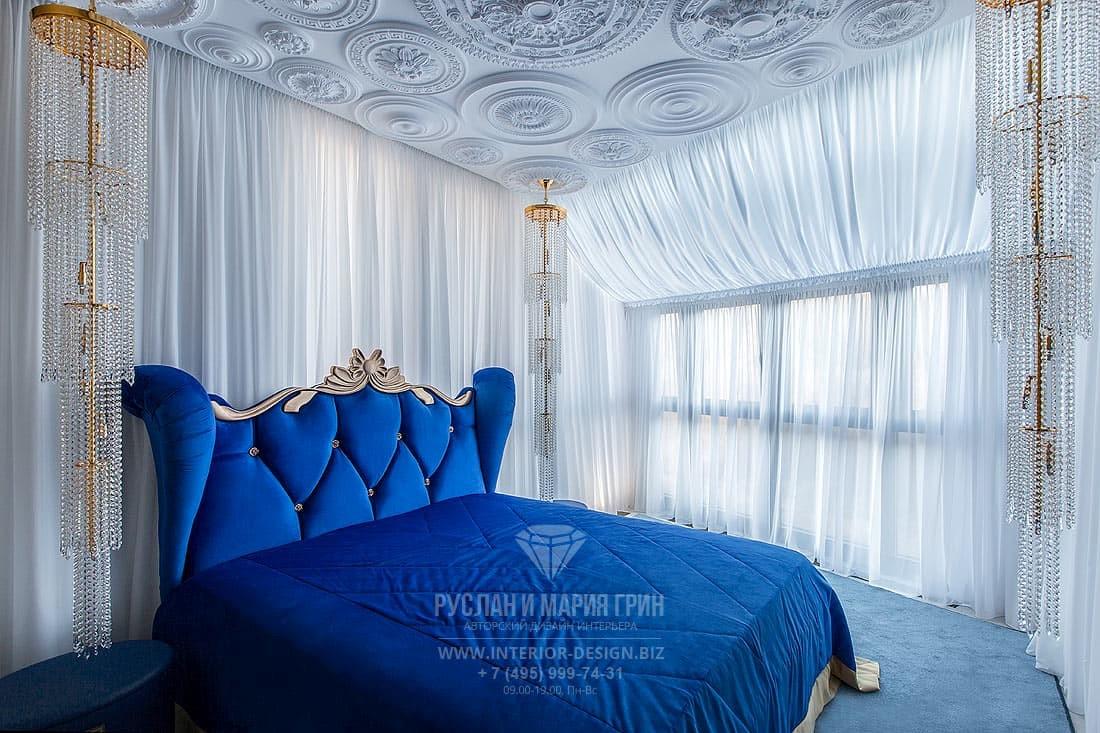 Дизайн спальни с элементами классики и арт-деко и необычным лепным декором