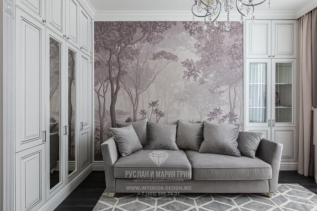 Кабинет в стиле классика с белой мебелью и фреской в пудровых тонах