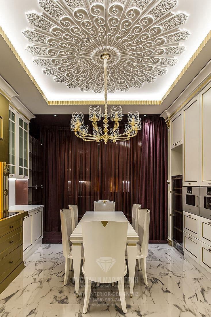 Интерьер стильной кухни с элементами классики и арт-деко и оригинальной потолочной лепной розеткой