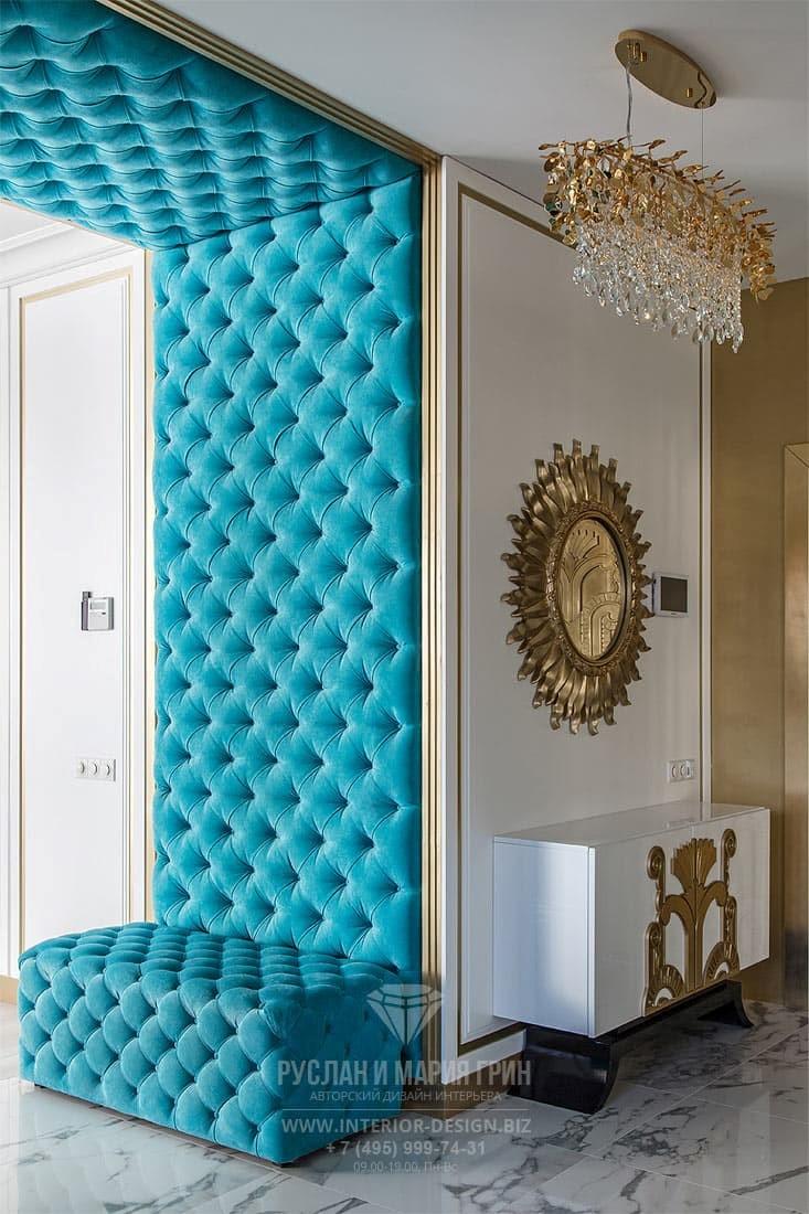 Интерьер стильного коридора с элементами арт-деко и мягкими панелями