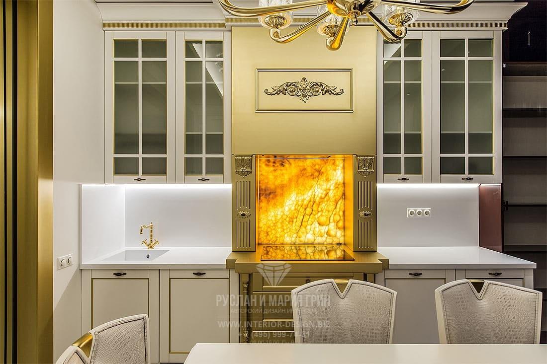 Классическая кухня с элементами арт-деко и фартуком из оникса