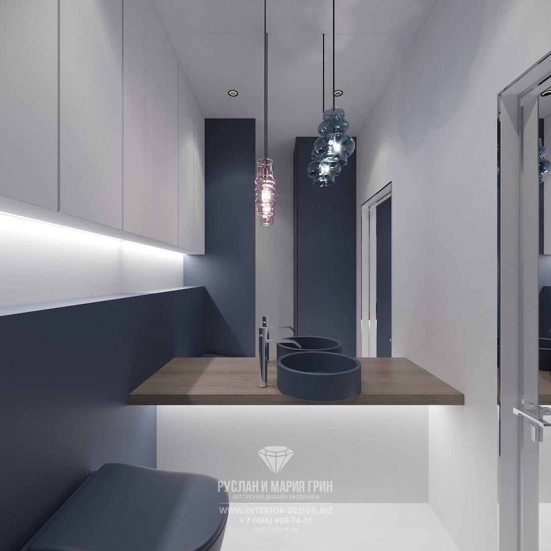 Современный дизайн маленькой ванной комнаты с большим зеркалом