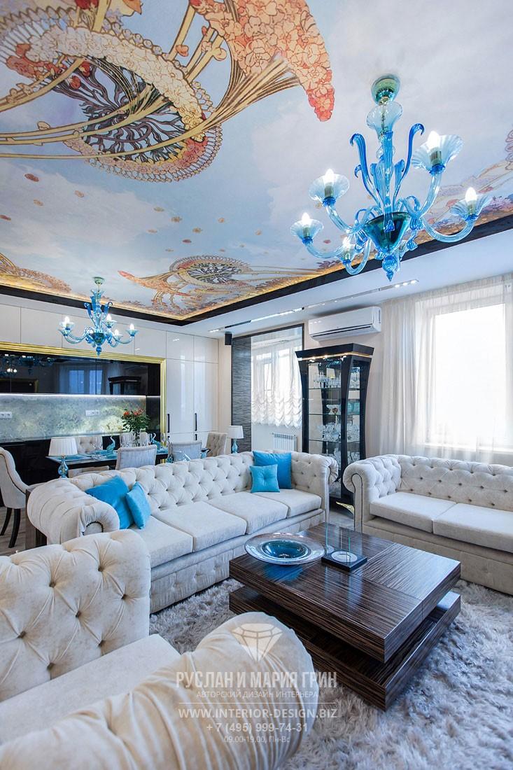 Интерьер гостиной с белыми диванами и яркими подушками