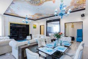 Кухня-гостиная в современном стиле с голубыми акцентами