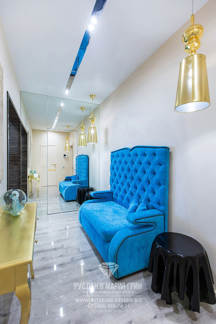 Дизайн прихожей с ярким диваном и пластиковым столиком