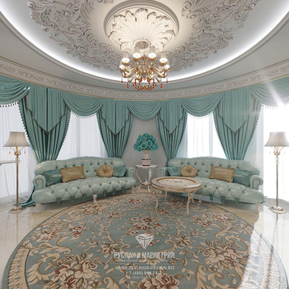 Романтичная спальня в классическом стиле с лепным декором