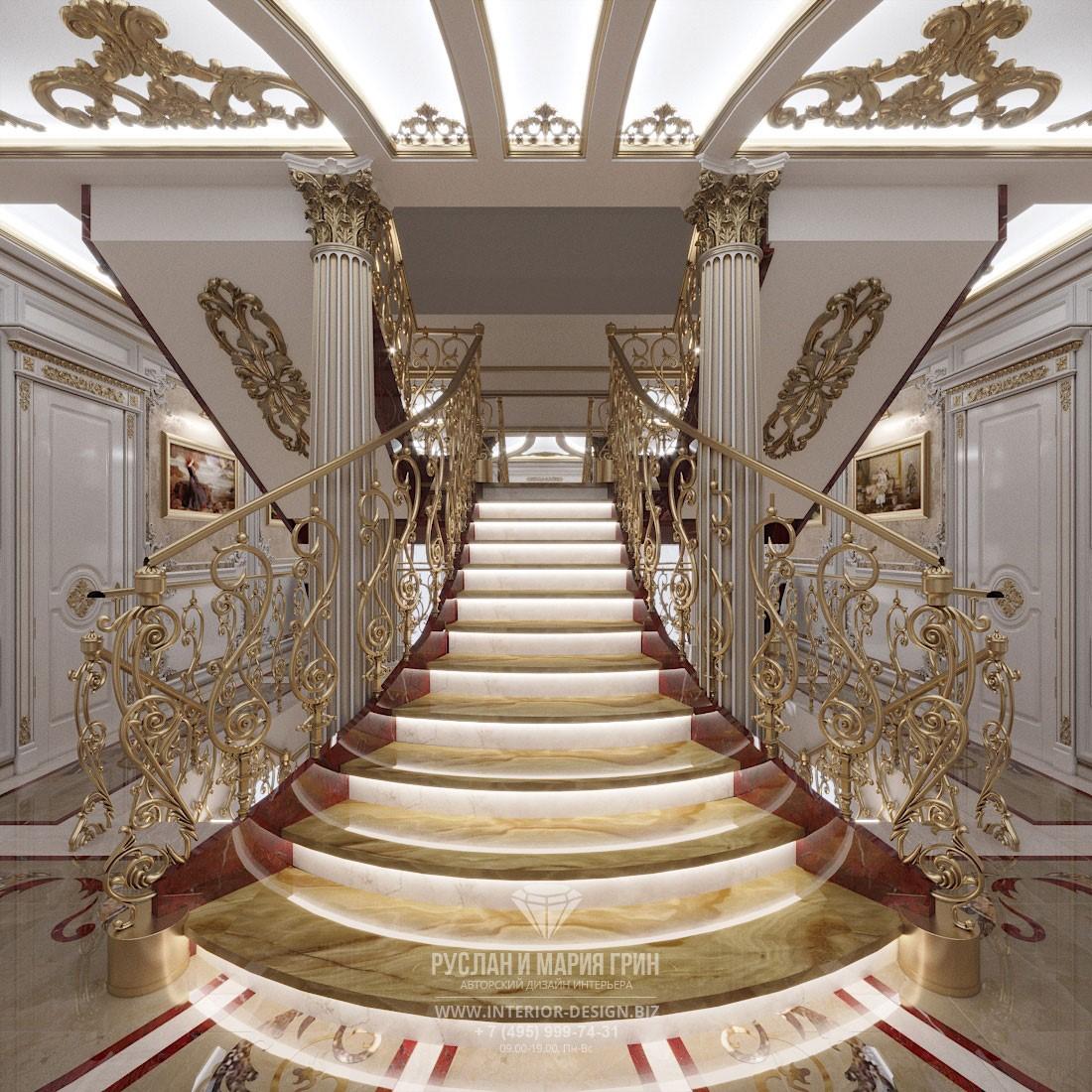Роскошная классическая лестница на 3-й этаж загородного дома