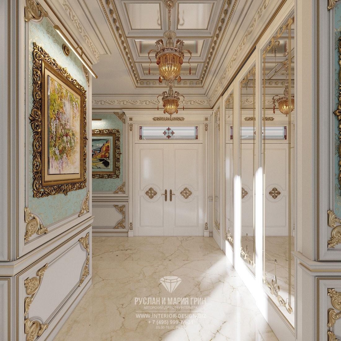 Дизайн элитного дома в классическом стиле – коридор с комбинированной отделкой
