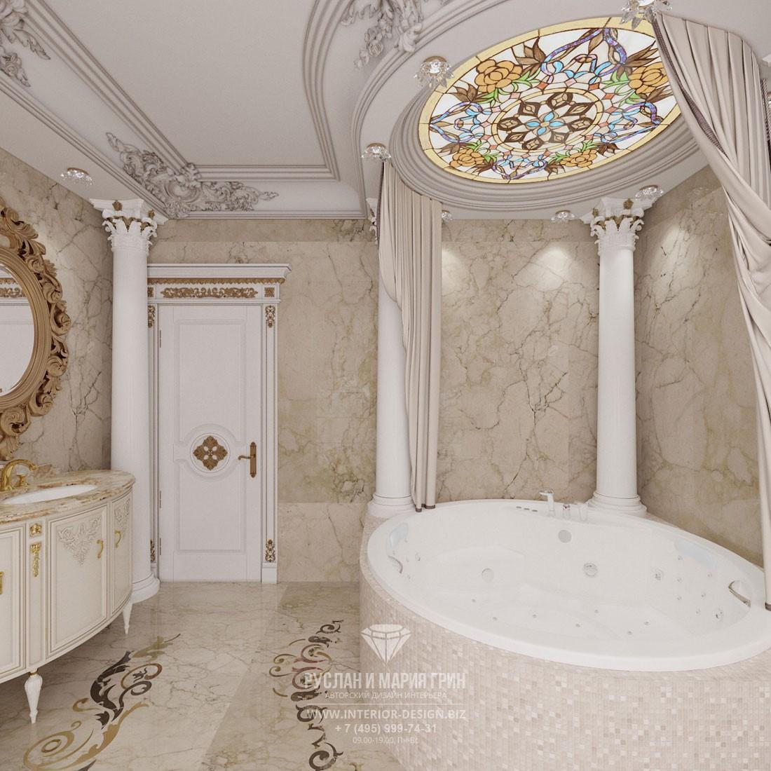 Дизайн светлой классической ванной комнаты с потолочным витражом и колоннами