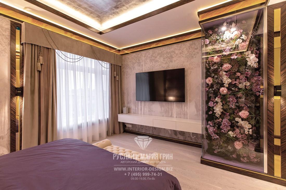 Интерьер элитного коттеджа в стиле арт-деко – спальня с фитомодулем