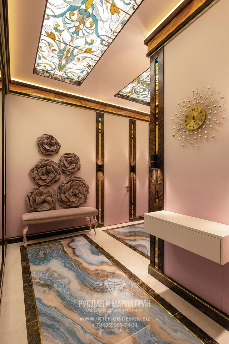Интерьер коридора с мраморным полом и витражами
