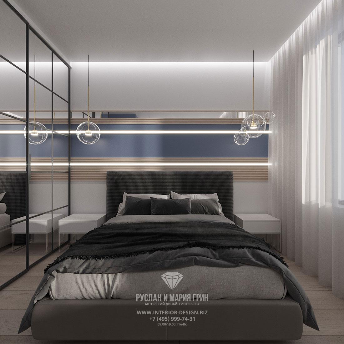 Современный дизайн мужской спальни с зеркальной стеной