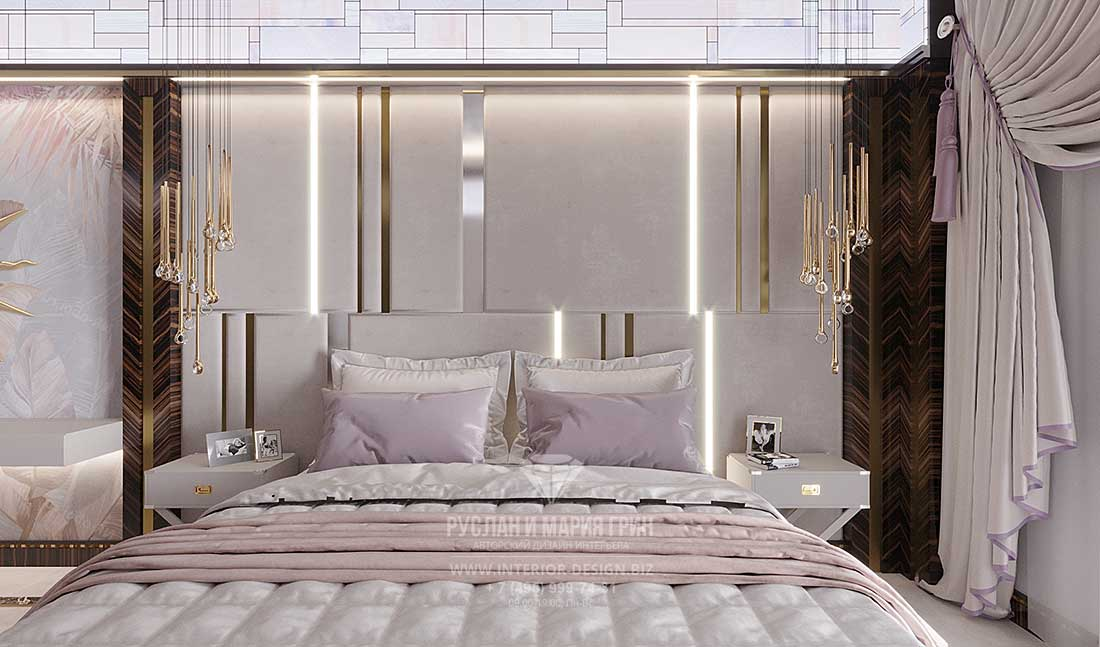 Стиль арт-деко в дизайне светлой спальни с золотистыми подвесами