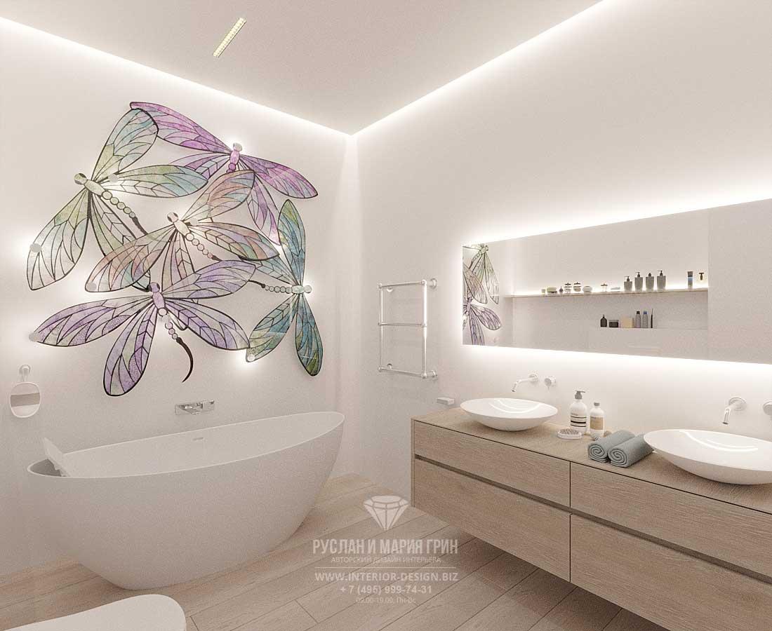 Современная ванная комната со светильником-витражом