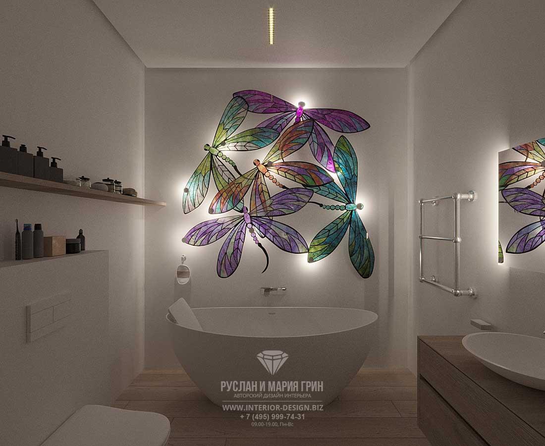Фото современной ванной комнаты с декоративным панно-светильником