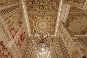 Дизайн потолка и парадная люстра в двухуровневой квартире