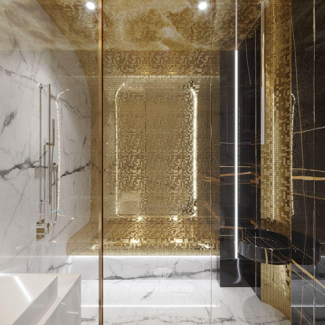 Дизайн интерьера ванной комнаты с золотистой мозаикой