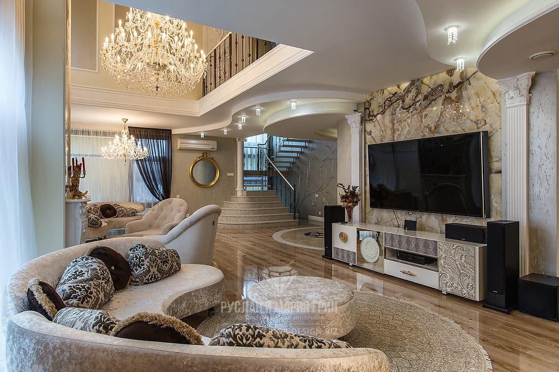 Интерьер гостиной с декоративным панно из оникса