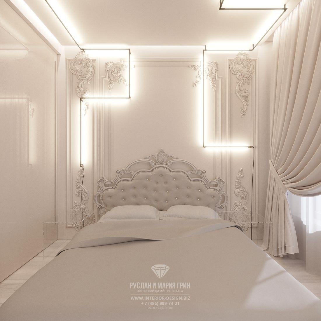 Дизайн современной спальни в светлых тонах с барочной лепниной